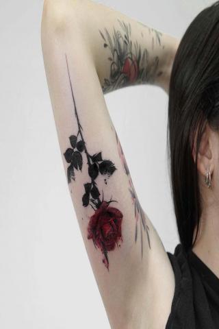 Damskie tatuaże róża na ramieniu