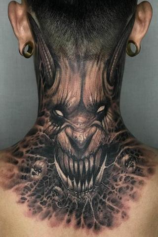 Demon na szyi tatuaż