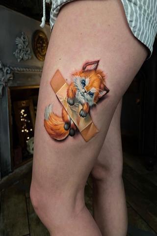Fajny motyw tatuaż na udzie