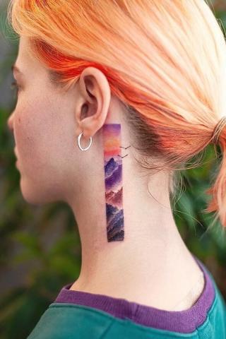 Kolorowy tatuaż za uchem