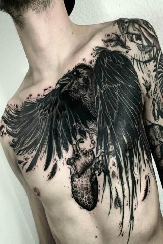 Kruk i serce tatuaż