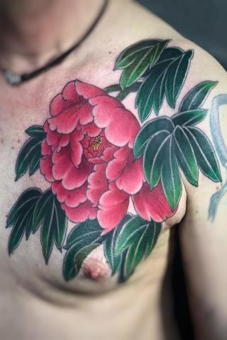 Kwiat tatuaż na klacie