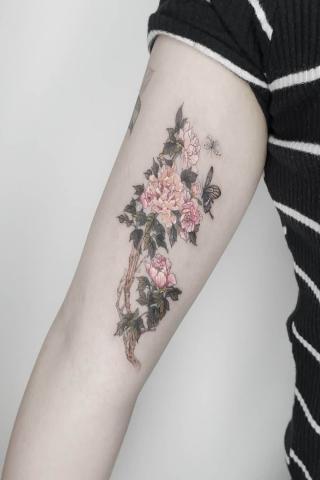 Kwiaty tatuaże na bicepsach