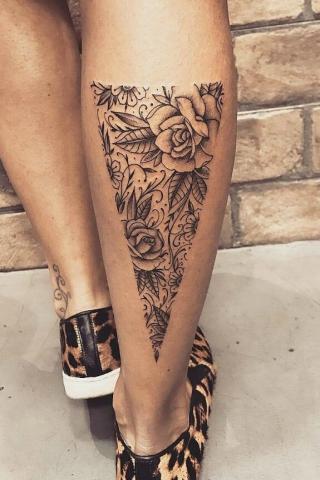Łydka tatuaż kwiaty
