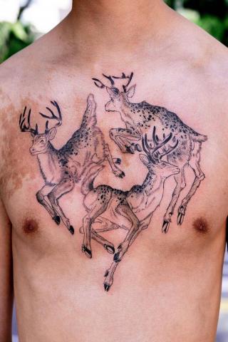 Męski tatuaż na klatę