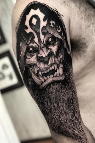 Męski tatuaż na ramieniu