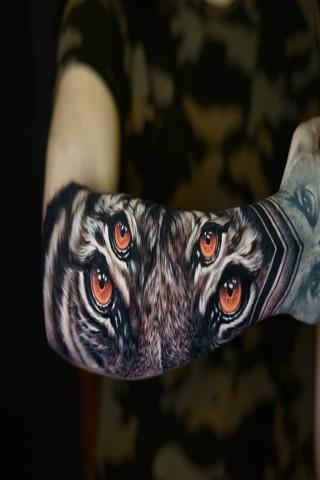 Męski tatuaż oczy na ręce
