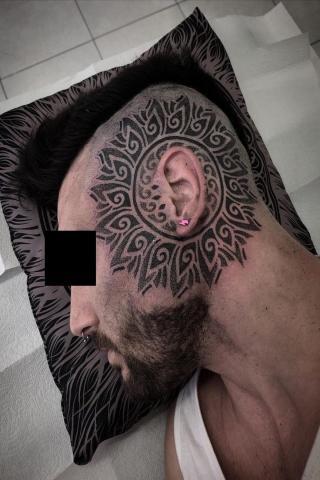 Męski tatuaż wokół ucha