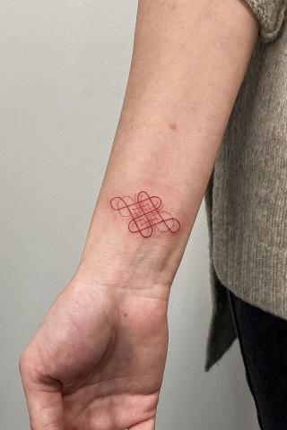 Minimalistyczny czerwony tatuaż