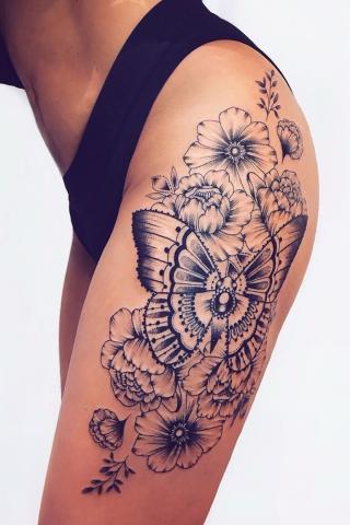 Motyl i kwiaty biodro tatuaż
