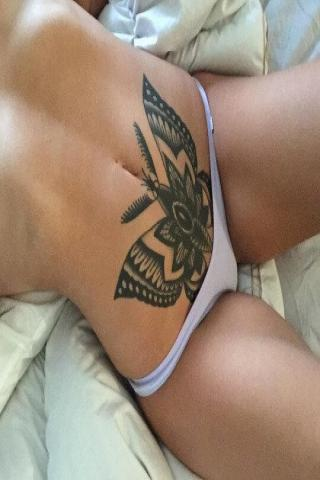 Motyl na brzuchu tatuaż