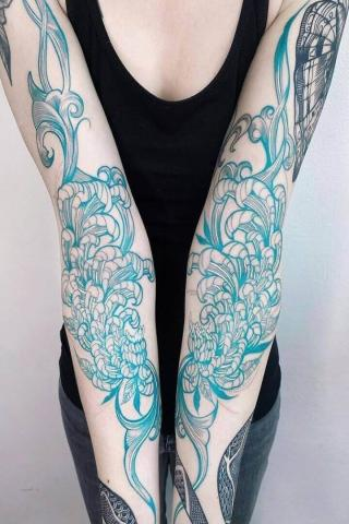 Piękny tatuaż z niezwykłymi kwiatami