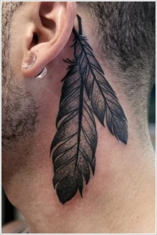 Pióra za uchem tatuaż