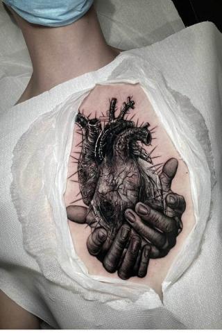 Serce na dłoni tatuaż