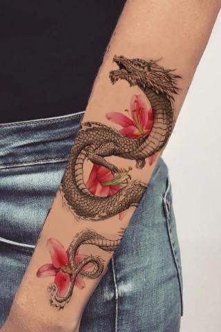 Smok tatuaż i kwiaty
