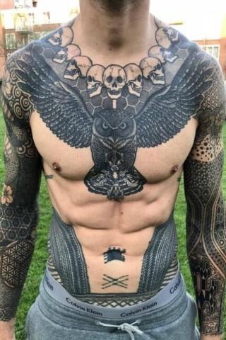 Sowa i czaszki tatuaż