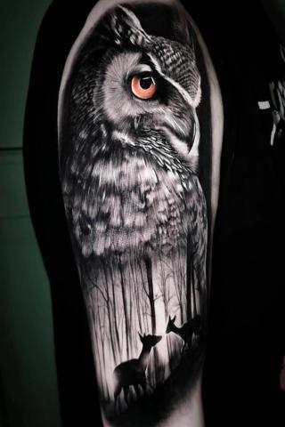 Sowa tatuaż na ramieniu