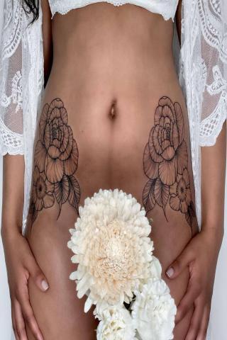 Symetryczne kwiaty damski tatuaż