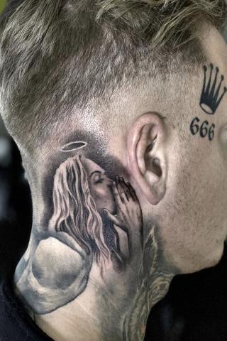 Tatuaż anioł na szyi