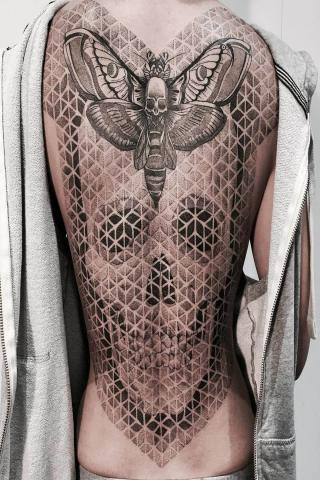Tatuaż ćma i czaszka