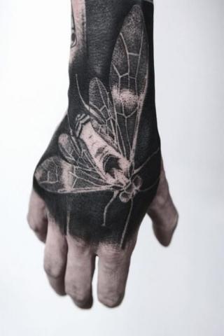 Tatuaż ćma na dłoni