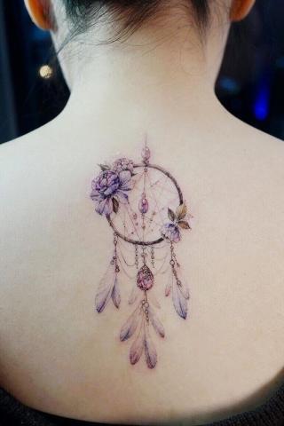 Tatuaż damski łapacz snów na plecach