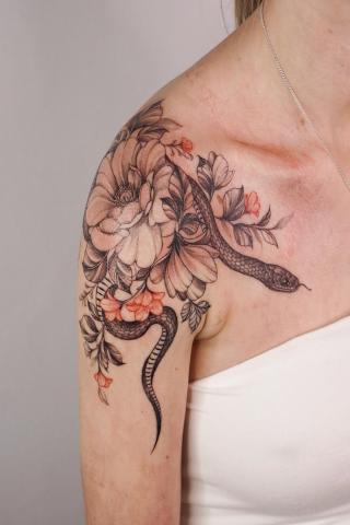 Tatuaż damski wąż na obojczyku