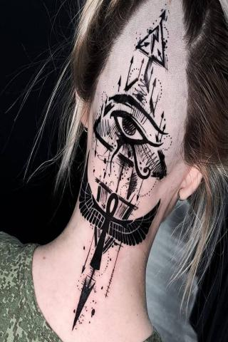 Tatuaż damski wzór na szyję