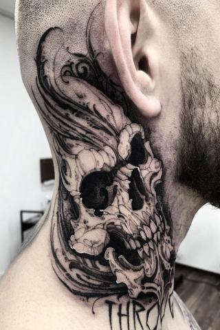 Tatuaż dla mężczyzny czaszka na szyi