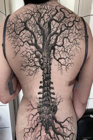 Tatuaż duże drzewo z korzeniami