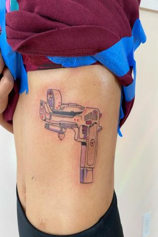 Tatuaż kolorowy pistolet