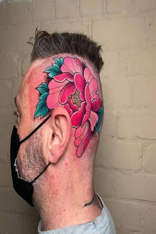 Tatuaż kwiat na głowie