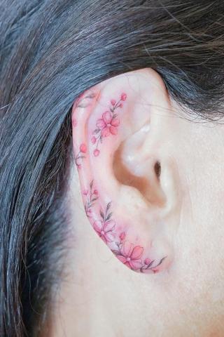 Tatuaż kwiatki na uchu