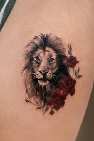 Tatuaż lew i kwiaty róże