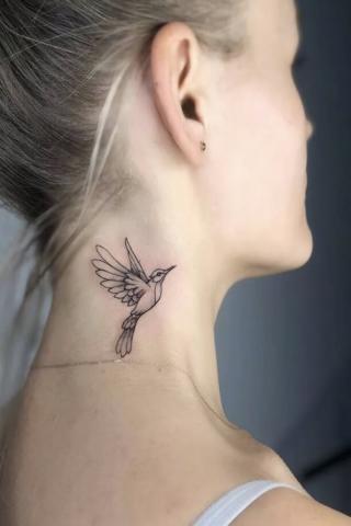 Tatuaż mały ptak na szyi