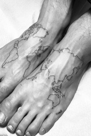 Tatuaż mapa świata na stopach
