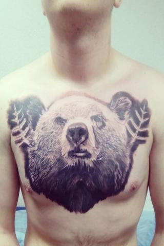 Tatuaż miś na klatce piersiowej