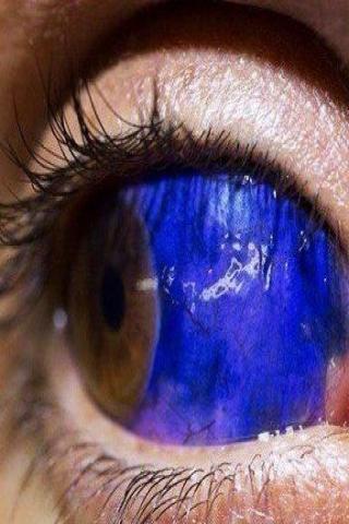 Tatuaż na gałce ocznej niebieski