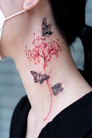 Tatuaż na szyi motyle