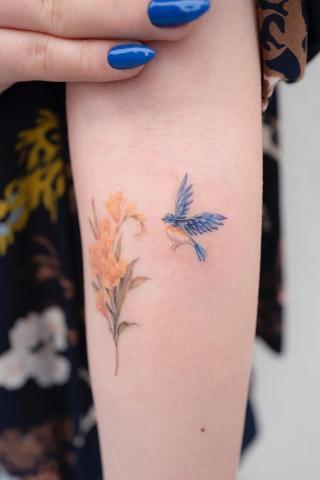 Tatuaż niebieski ptak i kwiat