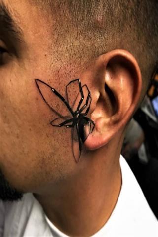 Tatuaż pająk na uchu