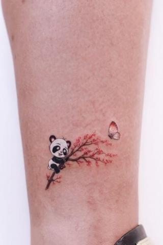 Tatuaż panda na drzewie