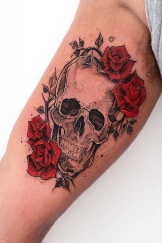 Tatuaż róże i czaszka