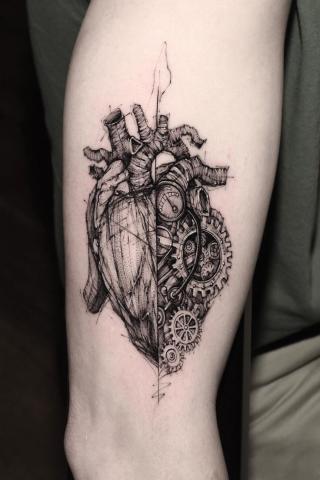 Tatuaż serce na nodze