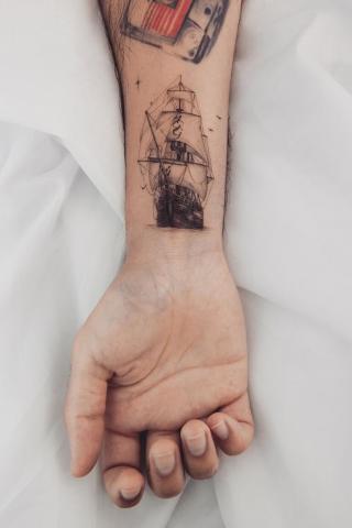 Tatuaż statek na ręce