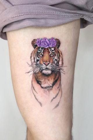 Tatuaż tygrys i kwiaty