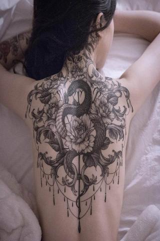 Tatuaż wąż na plecach wzór damski