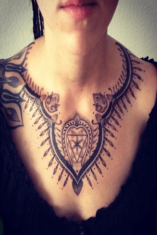 Tatuaż wokół szyi damski