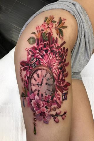 Tatuaż z zegarem damski na udzie
