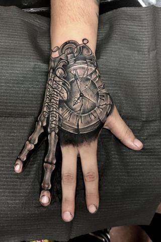 Tatuaż zegar na dłoni